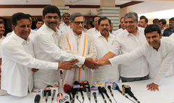 Thumb_press_conference_at_sm_krishna_residence