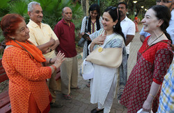 Thumb_rohini_campaigns_in_a_park_and_meets_a_laughter_club_members