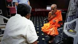 Thumb_stimulating_conversation_with_shri_vishvesha_teertha_swamiji_of_pejawar_mutt